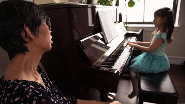 朱莉娅 - 业 - 威廉姆斯与女儿扮演钢琴-620.jpg