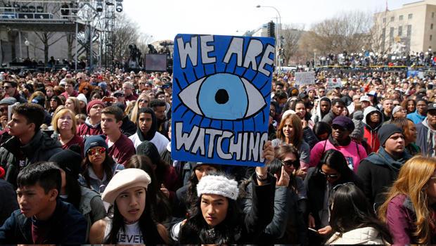 """学生和年轻人聚集在一起,要求在华盛顿举行""""枪支控制""""活动"""