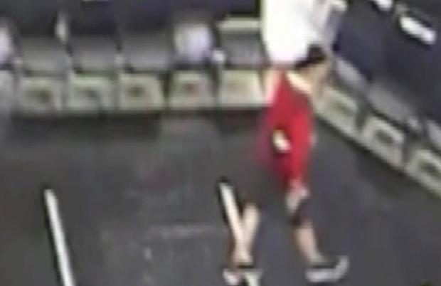 2018年4月19日,一名男子在圣安东尼奥的AT&T中心看到属于金州勇士队安全官员的夹克。