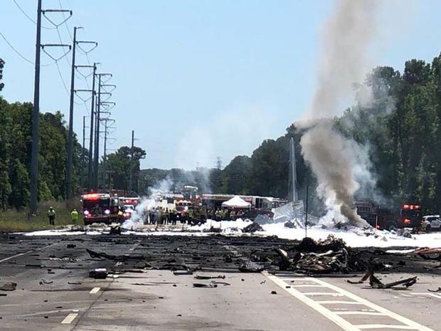 这张军用飞机坠毁现场于2018年5月2日在佐治亚州萨凡纳市的社交媒体上拍摄。