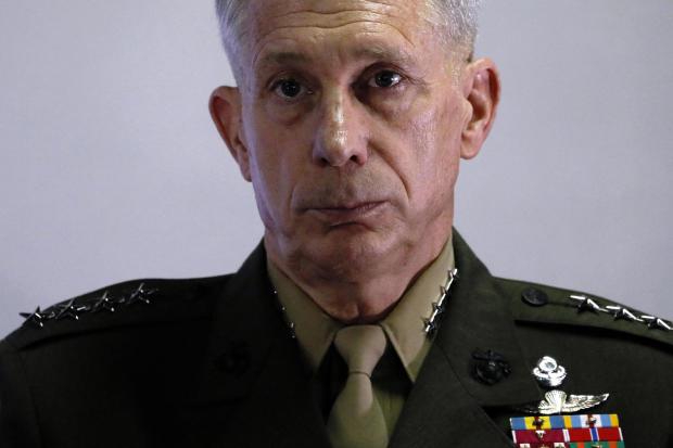 美国海军陆战队将军Thomas Waldhauser于2017年4月23日在吉布提Ambouli的Camp Lemonnier举行新闻发布会。