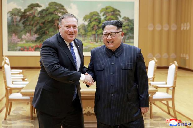 朝鲜领导人金正恩(Kim Jong Un)与美国国务卿迈克庞培(Mike Pompeo)握手