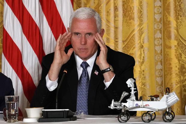 特朗普总统在白宫会见国家空间委员会