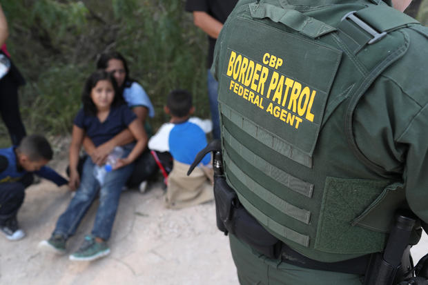 边境巡逻人员逮捕美墨边境附近的移民