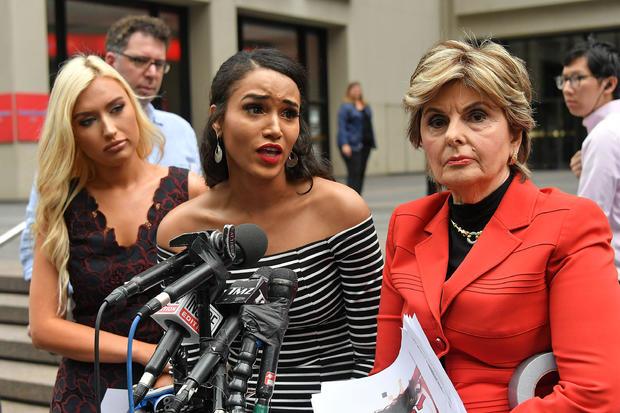 律师格洛丽亚·奥尔雷德与前美国橄榄球联盟休斯敦德州人队的啦啦队主持新闻发布会