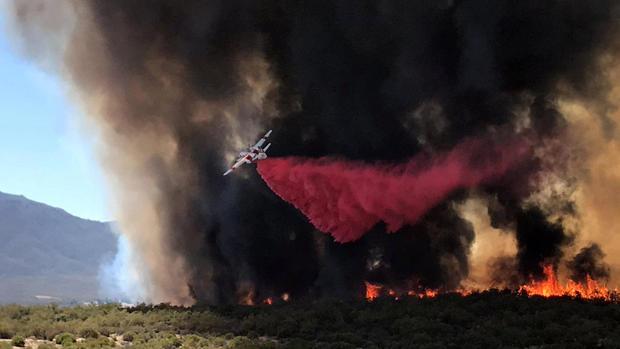 2018年7月4日,加利福尼亚州安扎市社交媒体上的这张照片中,一辆空中加油机在Benton Road和Crams Corner Drive交叉口附近的所谓Benton Fire上停止了阻燃。
