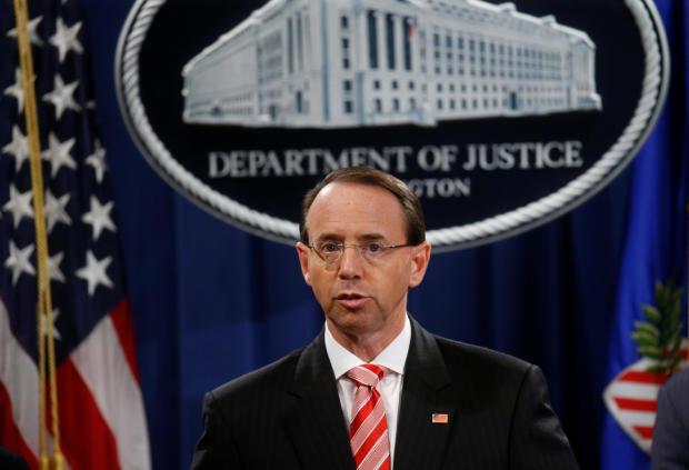美国司法部副检察长罗森斯坦举行新闻发布会,宣布特别律师罗伯特·穆勒在俄罗斯司法部的俄罗斯调查起诉书