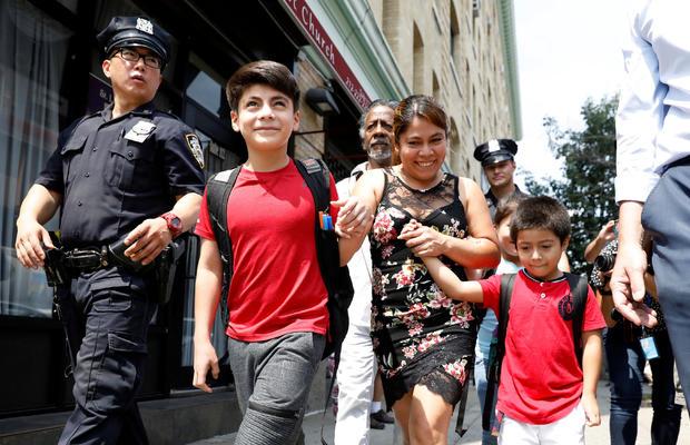 与她的孩子分开的危地马拉母亲Yeni Gonzalez Garcia在纽约与他们团聚后离开卡尤加中心