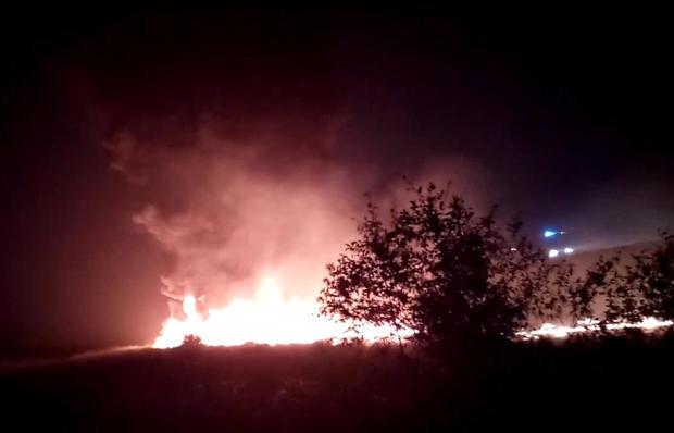 Utair波音737客机在索契起降并起火后,一股烟雾从火焰中升起