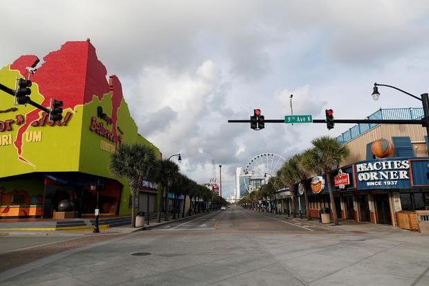 在佛罗伦萨飓风到达南卡罗来纳州默特尔比奇之前,南卡罗来纳州沿海地区宣布强制撤离后,海洋大道空无一人的游客