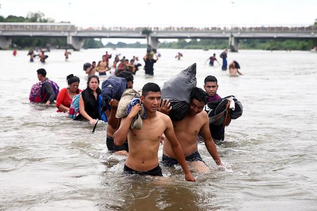 中美洲移民是试图抵达美国的大篷车的一部分,穿过绅士河以避开Ciudad Hidalgo的边境检查站