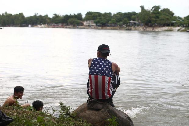穿过绅士河以避开Ciudad Hidalgo边境检查站后,描绘了一名中美洲移民