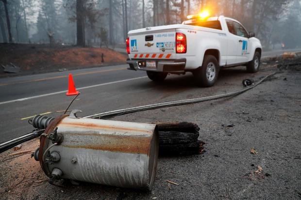 Camp Fire损坏的电线杆位于天堂的太平洋燃气和电动卡车附近