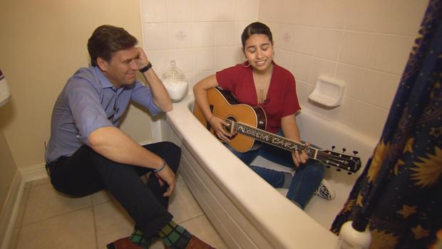 阿莱西亚 - 卡拉唱歌,在最浴缸,与李 - 科恩 -  620.jpg