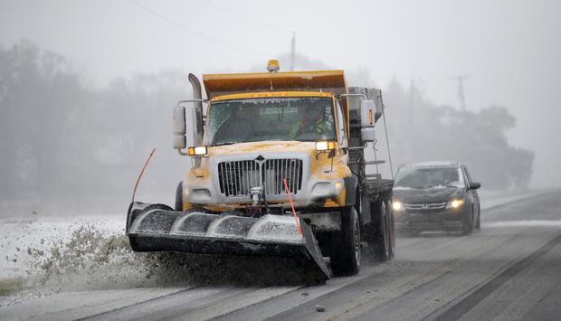 2018年11月25日,位于堪萨斯州劳伦斯附近的道格拉斯县的438号公路上,一辆犁清除积雪。