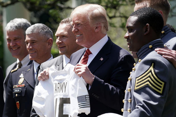 特朗普总统向美国军事学院足球队颁发总司令奖