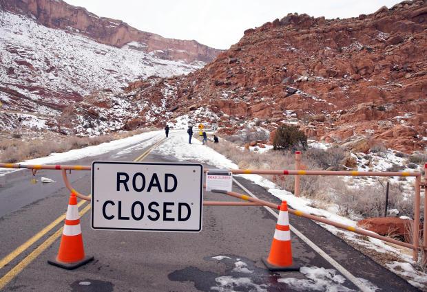 在犹他州拱门国家公园,由于部分政府关闭而关闭的主要道路沿着主要道路行走