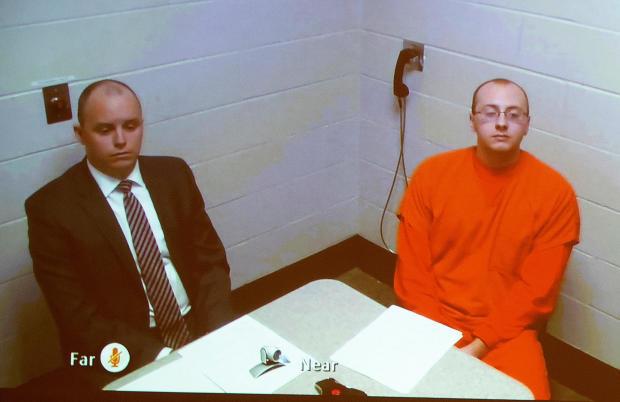 杰克帕特森被指控在谋杀父母后绑架了一名13岁的女孩,他在威斯康星州巴伦市第一次出庭时通过监狱的现场视频出现