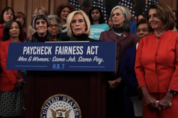 发言人南希佩洛西召开新闻发布会重新推出薪酬公平法案