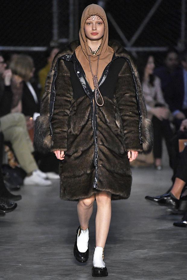 2019年2月17日,在伦敦伦敦时装周的Burberry时装秀期间,模特走在跑道上。