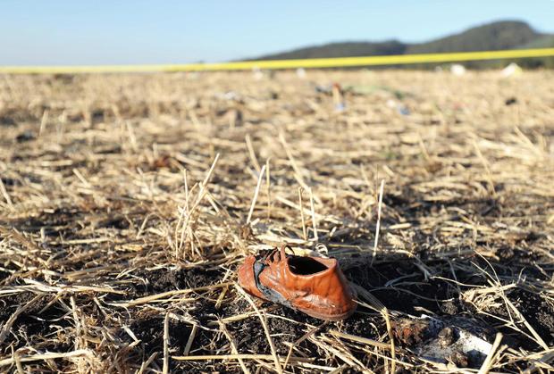 在亚的斯亚贝巴东南部Bishoftu镇附近的埃塞俄比亚航空公司ET 302飞机失事现场看到一名乘客的鞋子