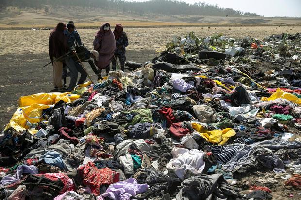 埃塞俄比亚警察在亚的斯亚贝巴附近Bishoftu镇附近的埃塞俄比亚航空公司ET 302飞机失事现场搜索旅客随身物品