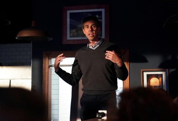 民主党2020年总统候选人Beto O'Rourke在爱荷华州进行为期三天的公路旅行时与支持者交谈
