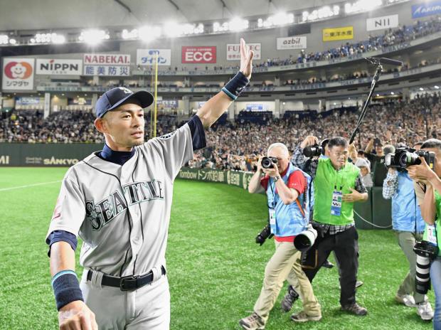 西雅图水手队的右外野手铃木一郎在对阵东京东京巨蛋奥克兰运动家的比赛后向球迷挥手致意