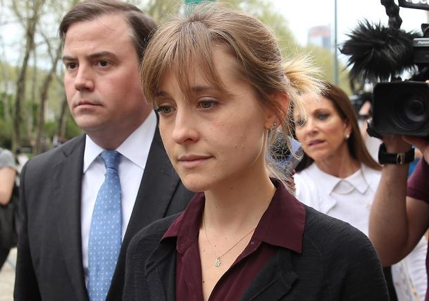 女演员艾利森麦克因性交易指控抵达法庭