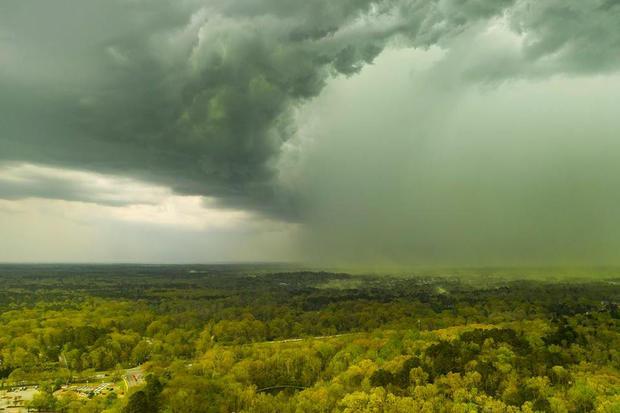 一张鸟瞰图显示推挤在一个区域的暴风云花粉在达勒姆,北卡罗来纳
