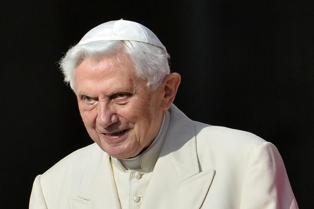名誉教皇本笃十六世于2014年9月28日在梵蒂冈圣彼得广场为老年人参加教皇大会。