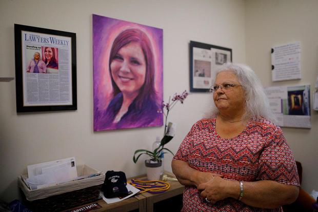 Susan Bro在夏洛茨维尔观看她女儿Heather Heyer的纪念品