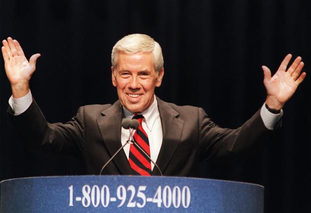 美国参议员Richard Lugar(R)在代言时微笑