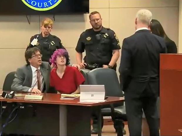 18岁的Devon Erickson在2019年5月8日在科罗拉多州Castle Rock的一次法庭上露面时从辩护桌上抬起头来。