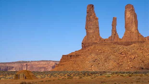monument-valley-three-sisters-formation-navajo-hogan-verne-lehmberg-620.jpg