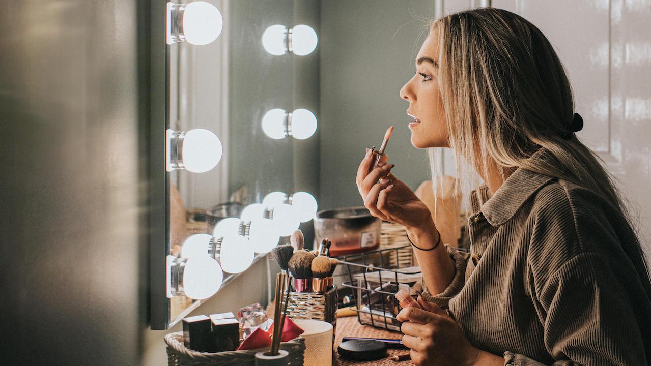 woman putting on makeup