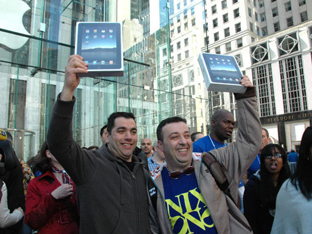 iPad Attracts Crowd in NYC