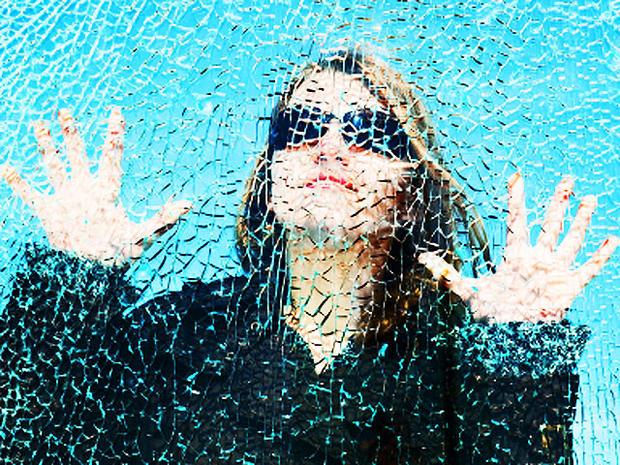 woman-broken-glass-4x3.jpg