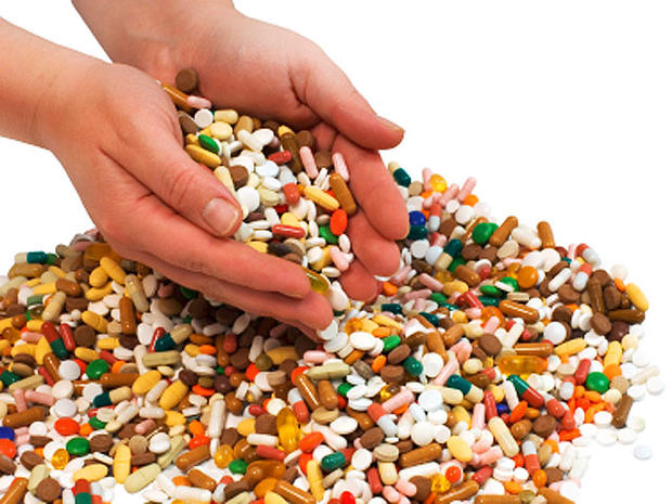 pills, drugs, hands, istockphoto, 4x3