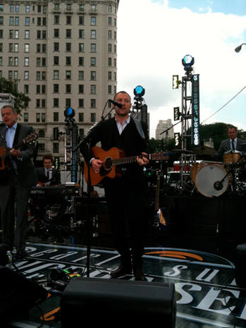 "David Gray serenades ""The Early Show"""