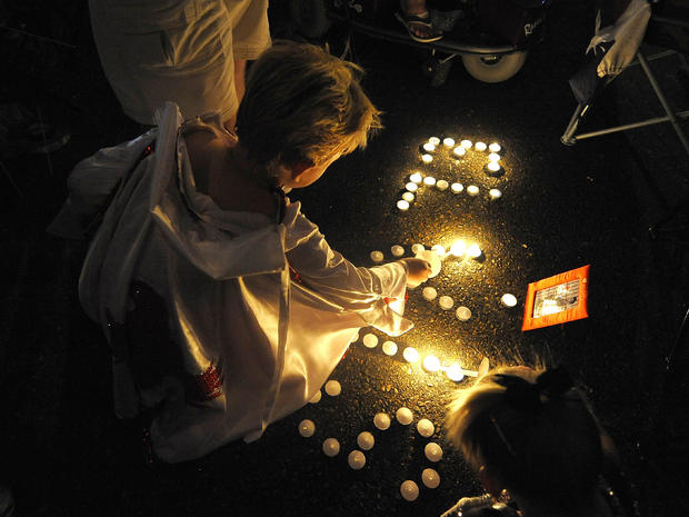 Elvis fans mourn at candlelight vigil