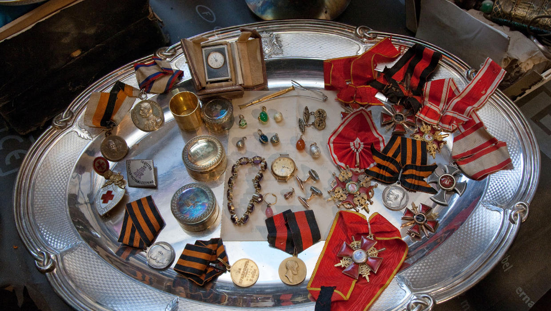 В особняке нарышкиных обнаружен тайник с фамильным серебром .