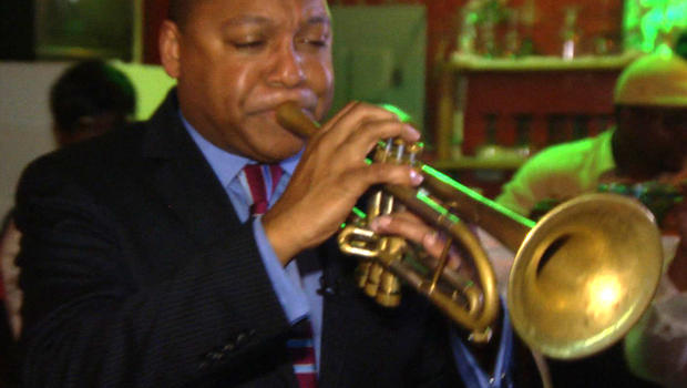 CBS News cultural correspondent Wynton Marsalis plays a juke joint in Alabama.