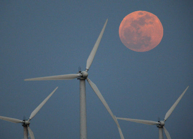 What does a supermoon look like?