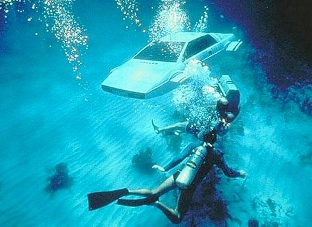submersible_spywholovedme.jpg