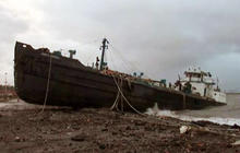 Sandy washes tanker ship ashore on Staten Island, N.Y.