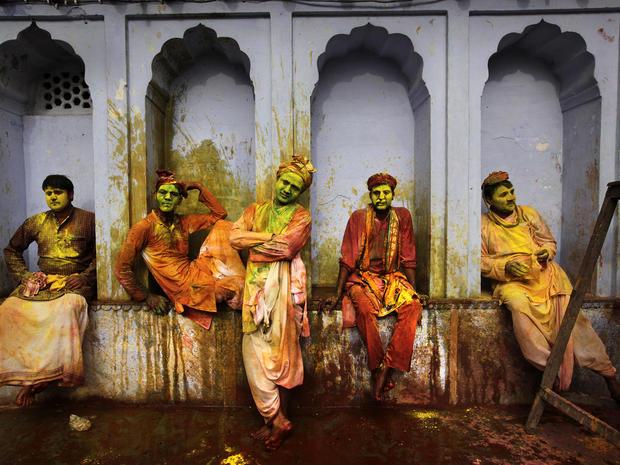 india_lathmar_holi_festival_AP926068540641_fullwidth.jpg