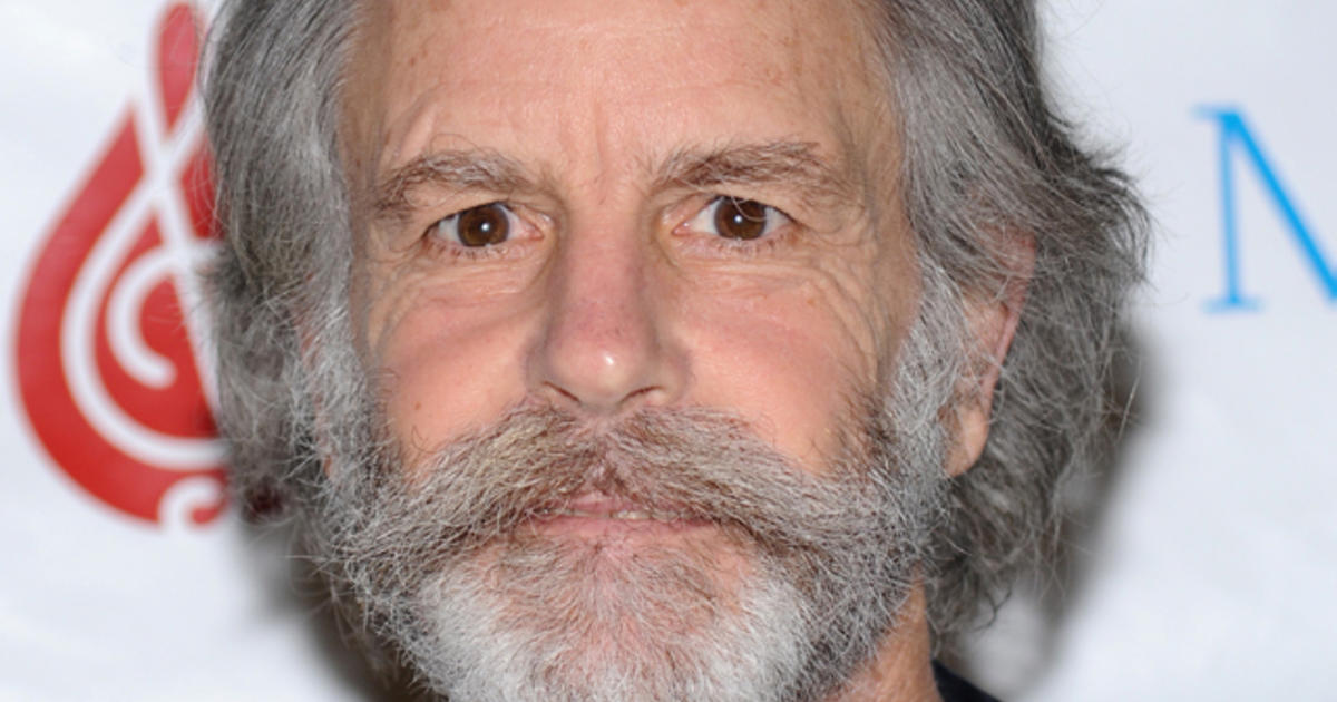 guitarist bob weir falls down onstage at n y show cbs news. Black Bedroom Furniture Sets. Home Design Ideas