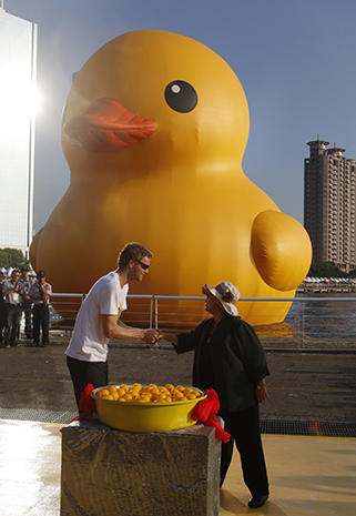 Giant duck floats into Taiwan