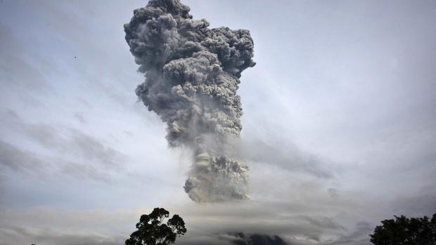 Volcano spews ash in Sumatra